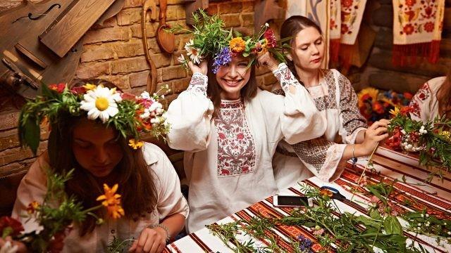 Девушки плетут венки на праздник
