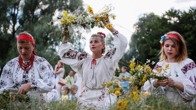 Девушки плетут венки в летнем поле на Ивана Купалу