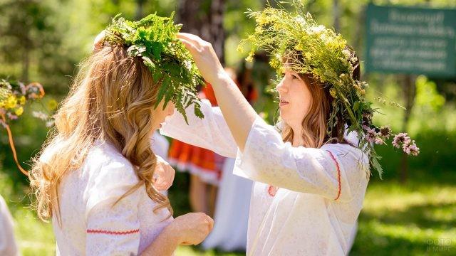 Девушки поправляют венки на праздновании Ивана Купалы