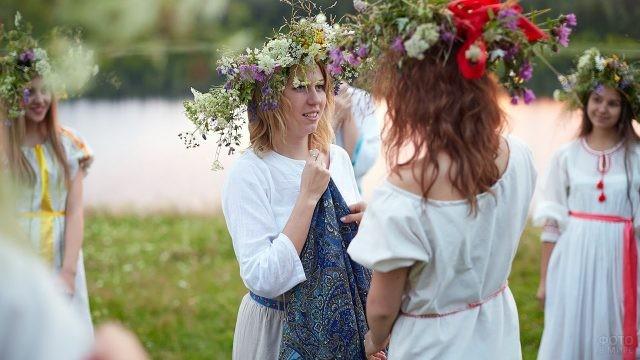 Девушки в цветочных венках в хороводе в день Ивана Купалы