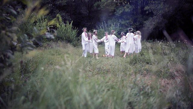 Хоровод у костра в лесу на Ивана Купалу