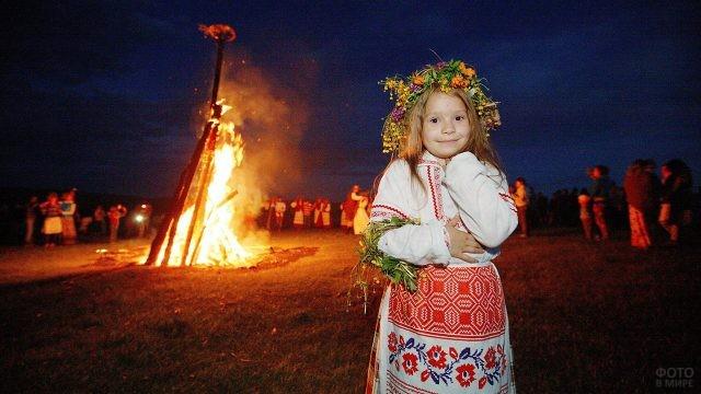 Маленкая девочка в венке у костра в ночь на Ивана Купалу
