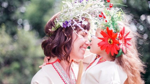 Мама с дочкой в нарядных венках на Ивана Купалу