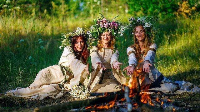 Нарядные девушки у лесного костра на Ивана Купалу