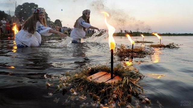 Плотики-купальницы с венками и свечами на обряде очищения