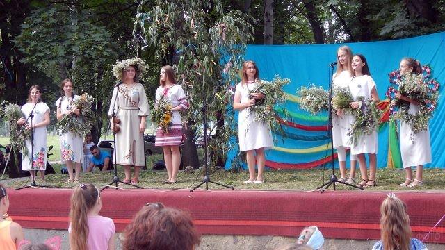 Празднование Ивана Купалы на сцене детского летнего лагеря
