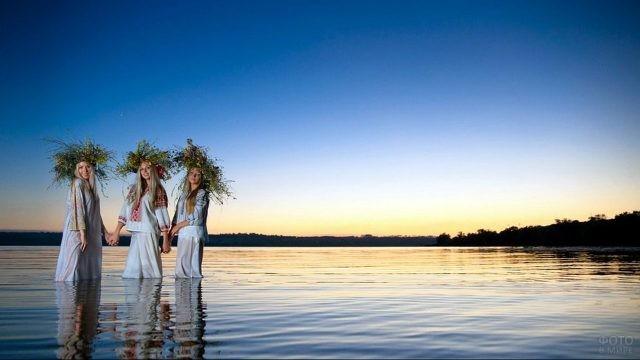 Славянки в пышных венках на Ивана Купалу в реке на фоне заката