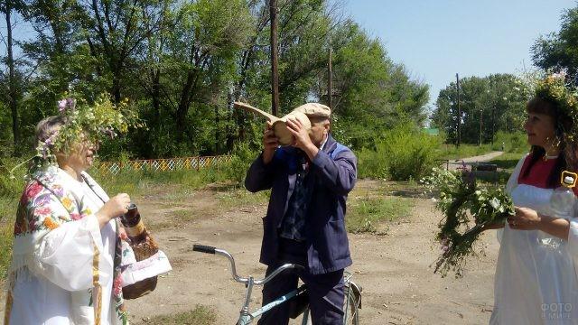Традиционное угощение на Ивана Купалу в Красноярской деревне
