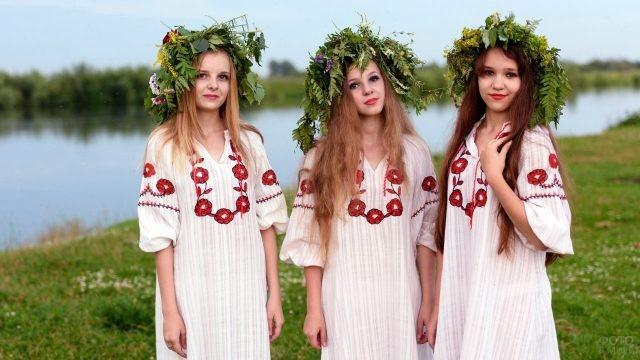 Три девушки в венках на берегу сибирской реки на Ивана Купалу