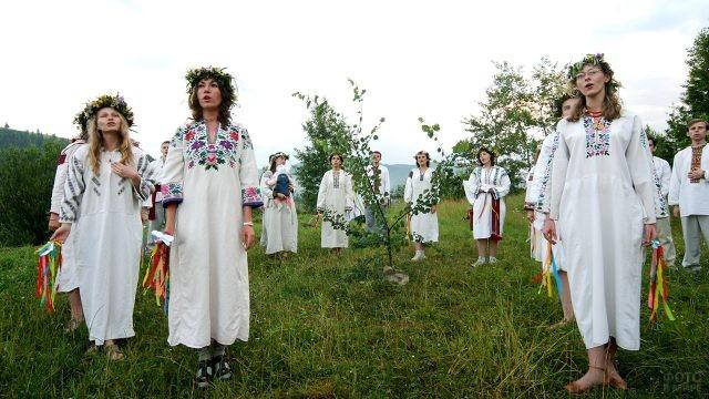 Участники славянского фестиваля поют в день Ивана Купалы