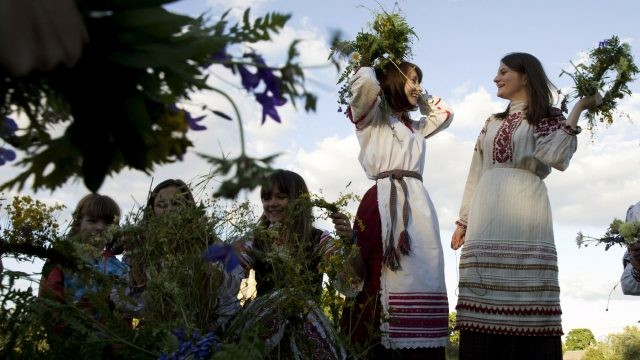 Весёлые девушки с венками в день Ивана Купала в Белоруссии