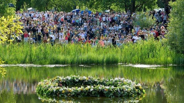 Запуск по реке гигантского венка на фестивале в день Ивана Купалы
