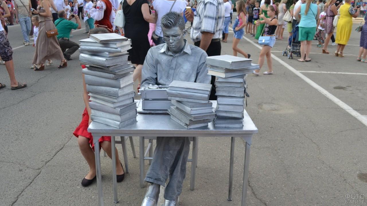 Аниматор в виде статуи в День металлурга в Краснодарском крае