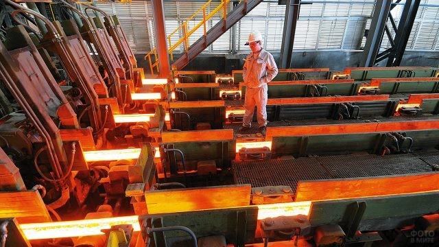 Инженер в цеху металлургического завода