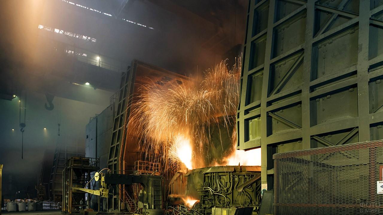 Искры на заводе трубной металлургии
