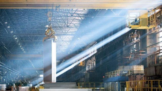 Лучи утреннего солнца в цеху Самарского металлургического завода