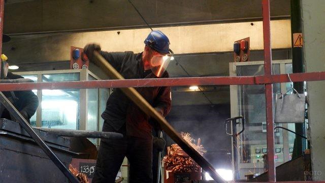 Металлург на заводе в Чувашии