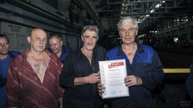 Награждённые металлурги в свой профессиональный праздник в цеху