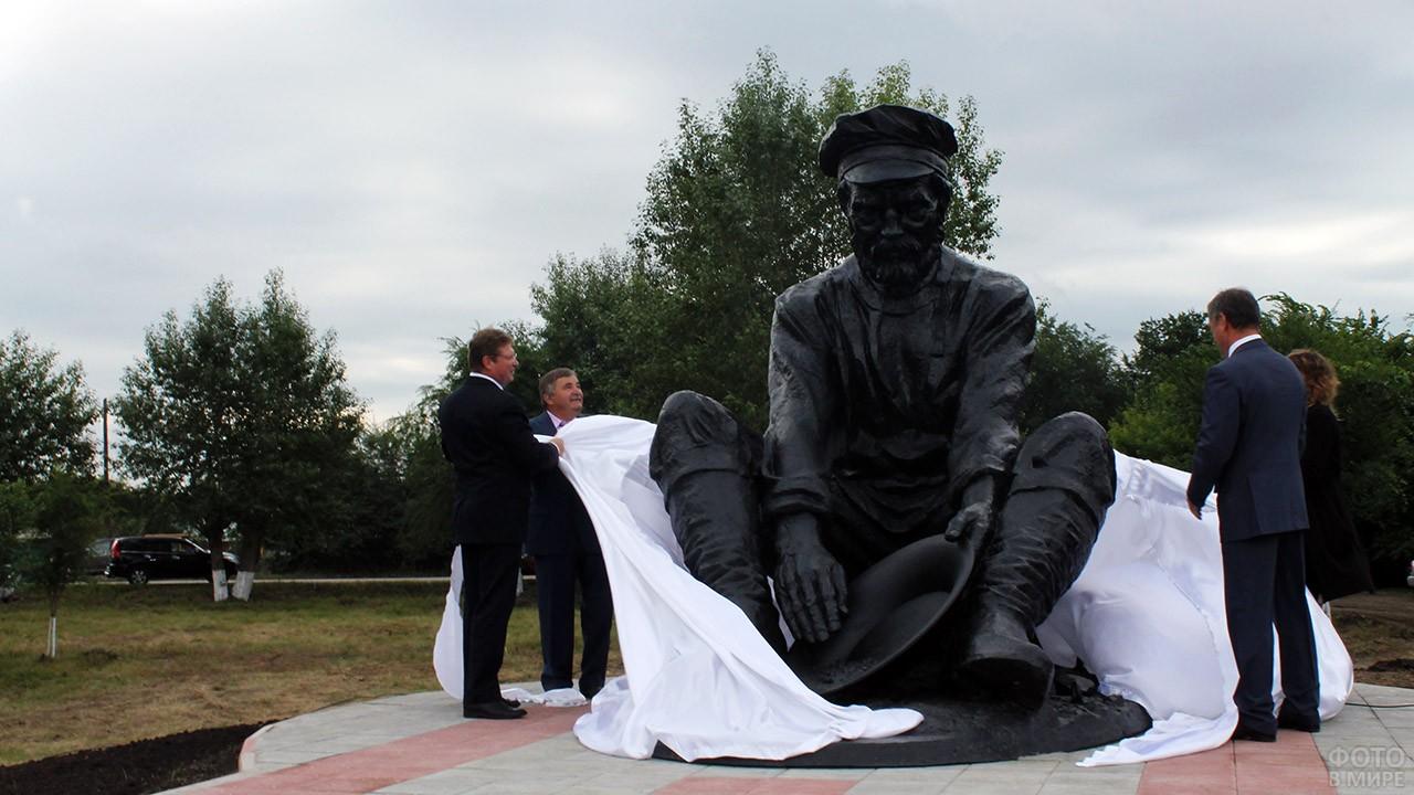 Открытие памятника в День металлурга в Челябинской области