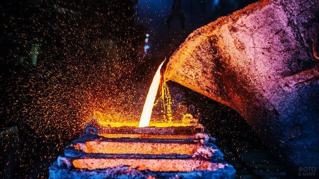 Розлив меди на металлургическом заводе