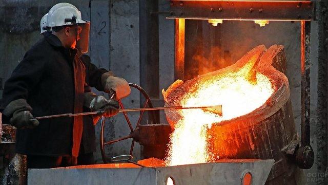 Сталевары на заводе Среднего Урала