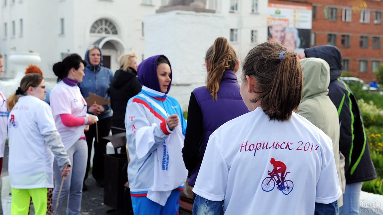 Участницы велопробега в День металлурга в Норильске