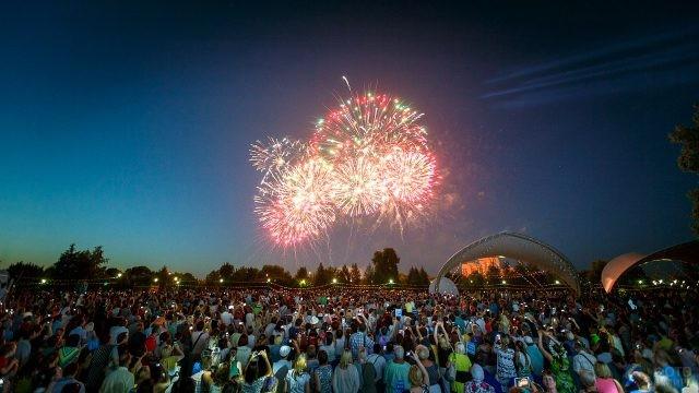 Фейерверк в День семьи, любви и верности в московском парке Царицыно