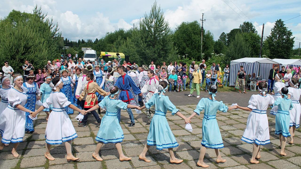 Хоровод в национальных костюмах в День семьи, любви и верности