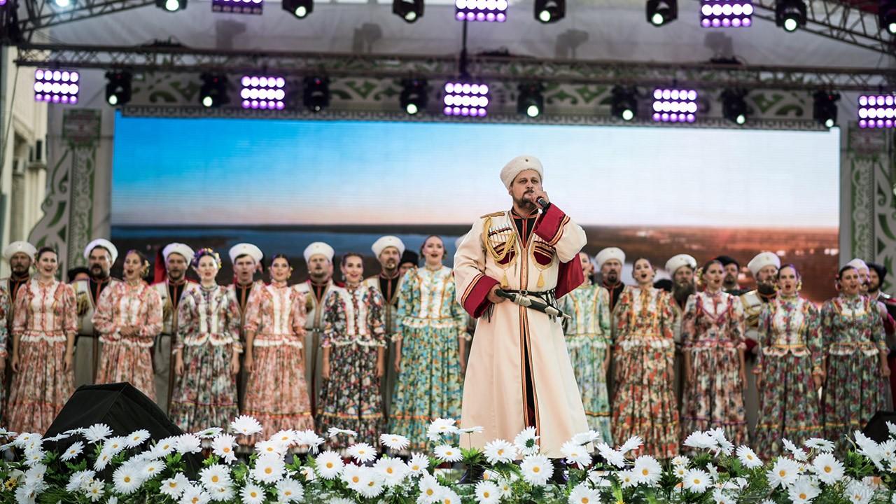 Казачий хор на сцене в День семьи, любви и верности в Краснодаре