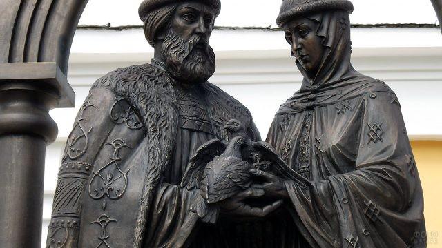 Крупный план памятника Петру и Февронии в Муроме