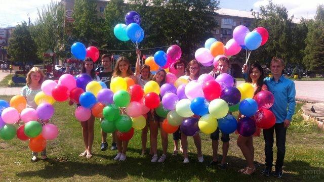 Молодёжь с воздушными шариками в День семьи, любви и верности