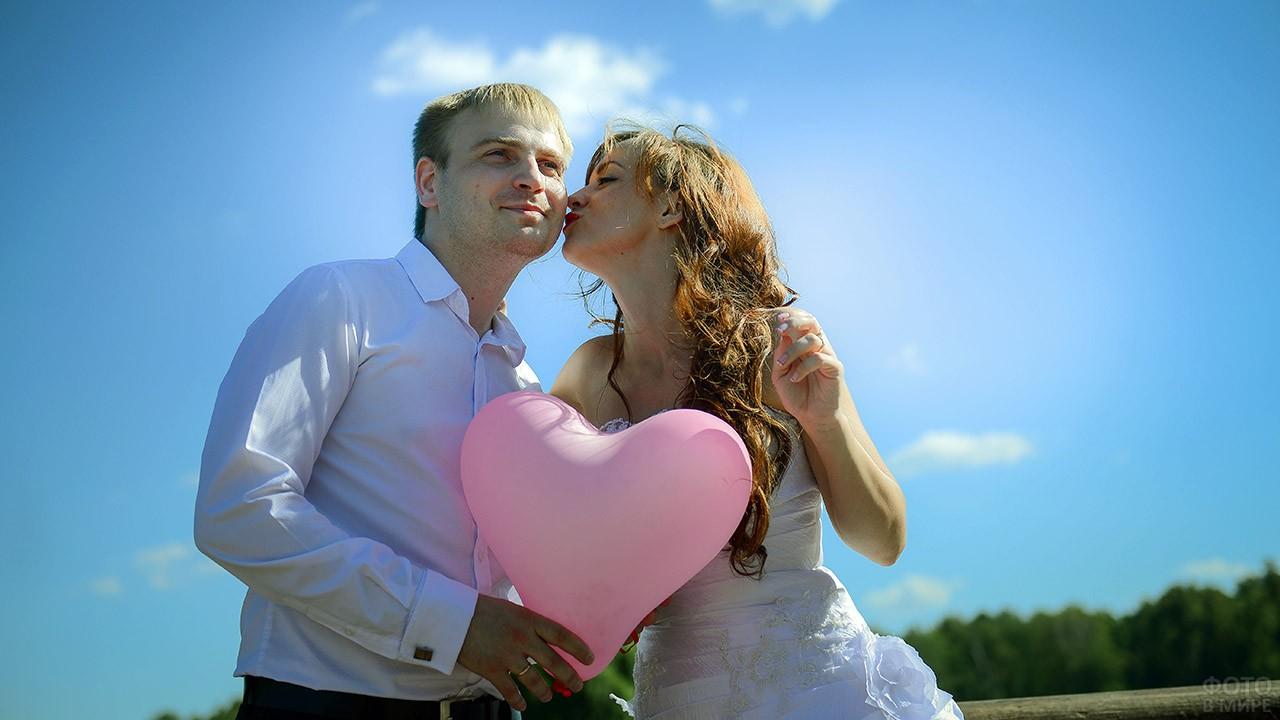 Невеста целует жениха в День семьи, любви и верности