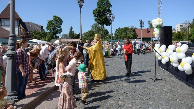 Освящение православных на городском празднике в День семьи