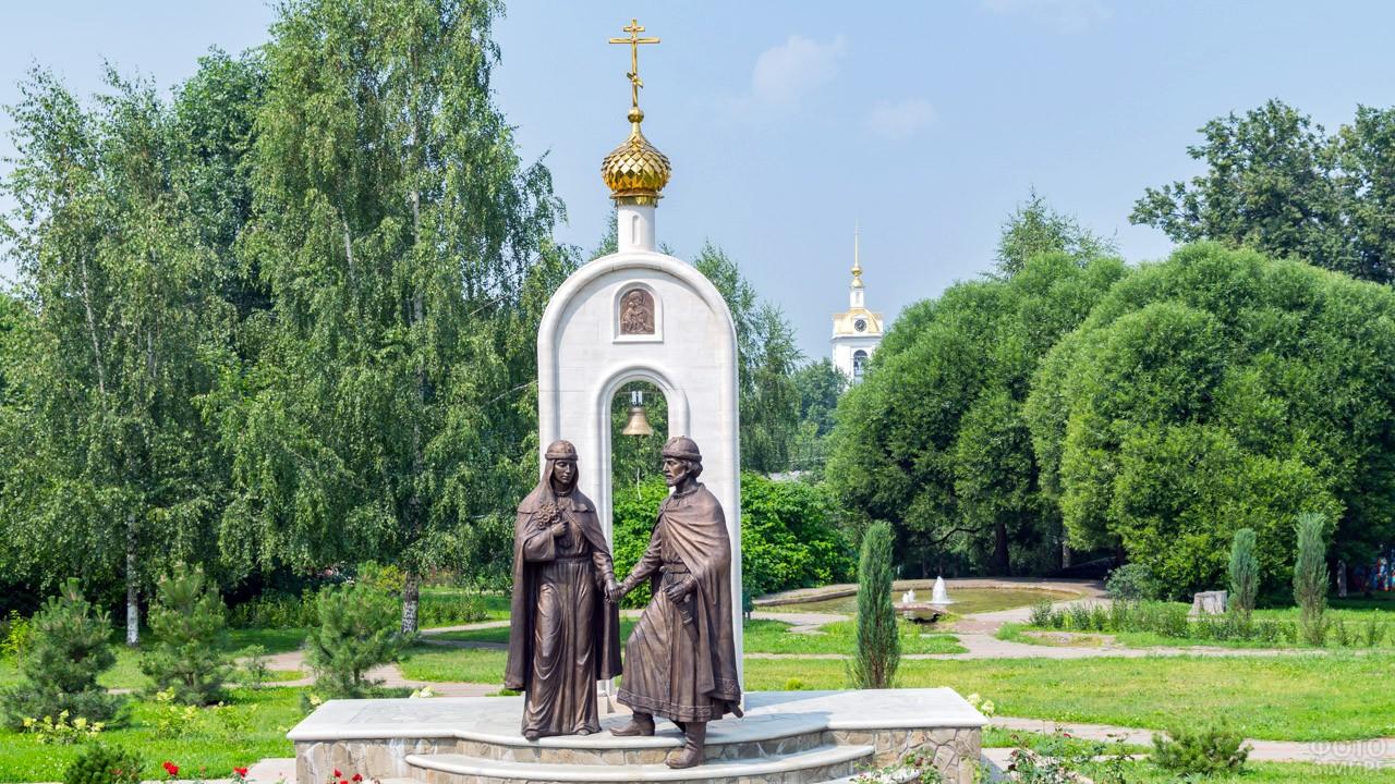 Памятник Петру и Февронии в подмосковном Дмитрове