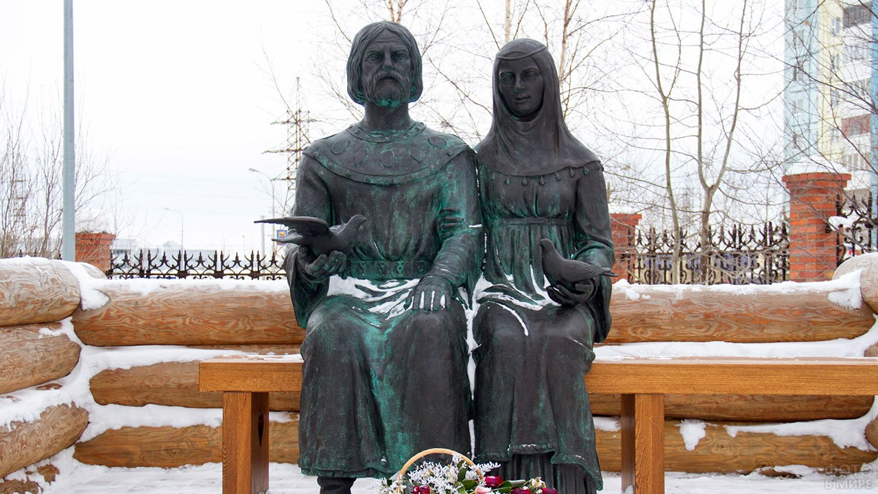 Памятник Петру и Февронии в Сургуте