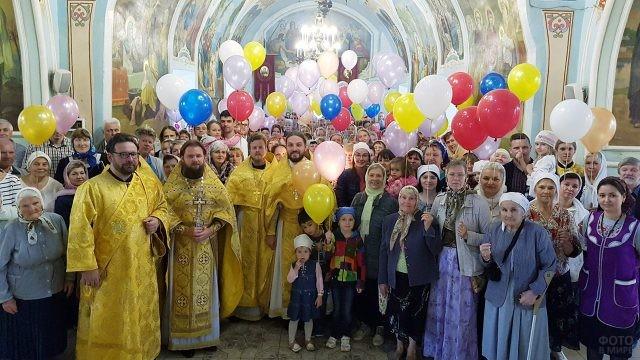 Православные с воздушными шариками в храме в День семьи, любви и верности