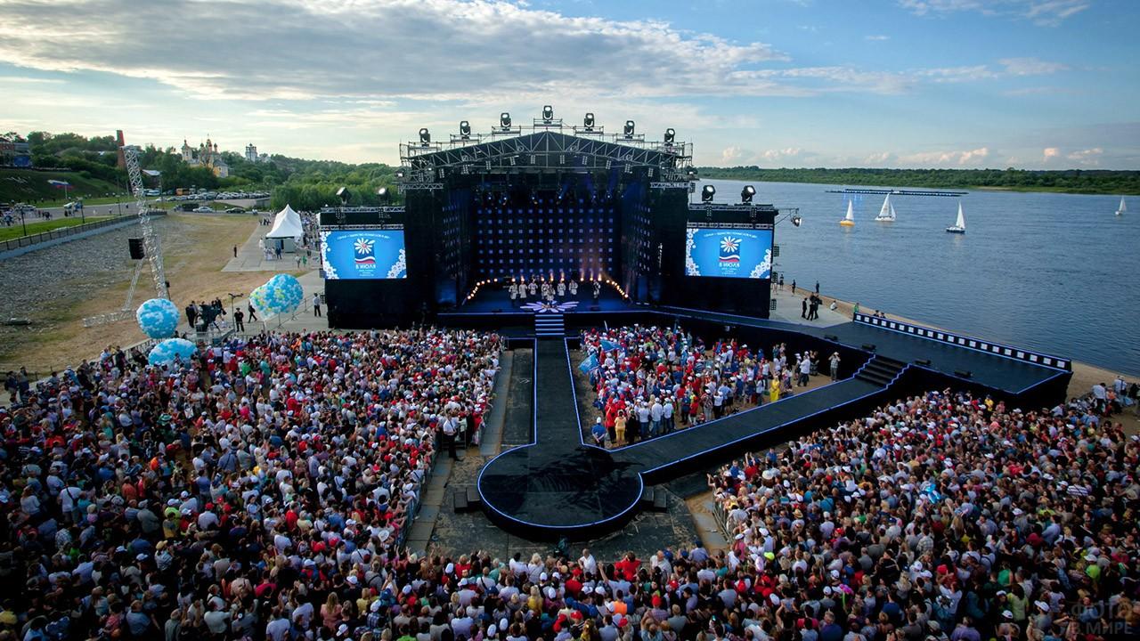 Сцена большого галаконцерта в Муроме в День семьи, любви и верности