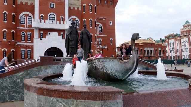 Семьи у фонтана и памятника Петру и Февронии в Йошкар-Оле