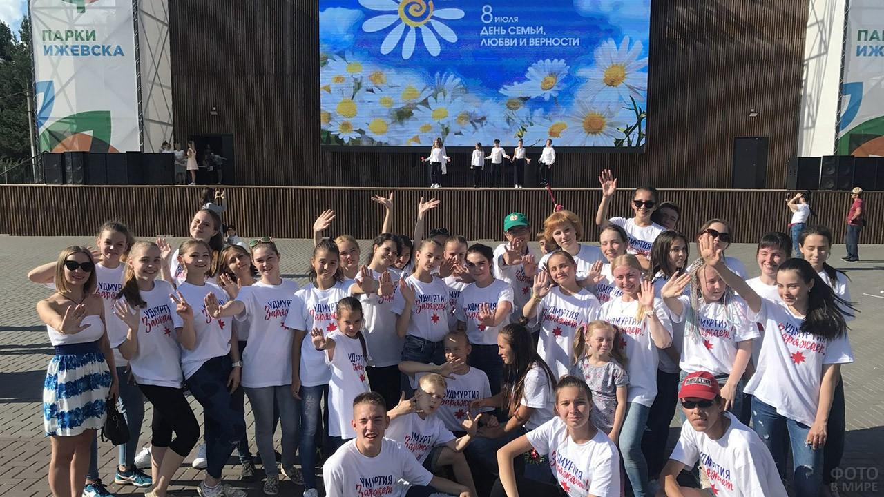 Школьники-волонтёры в День семьи, любви и верности в Ижевске