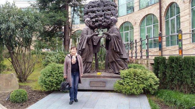 Туристка у памятника святым Петру и Февронии в Сочи