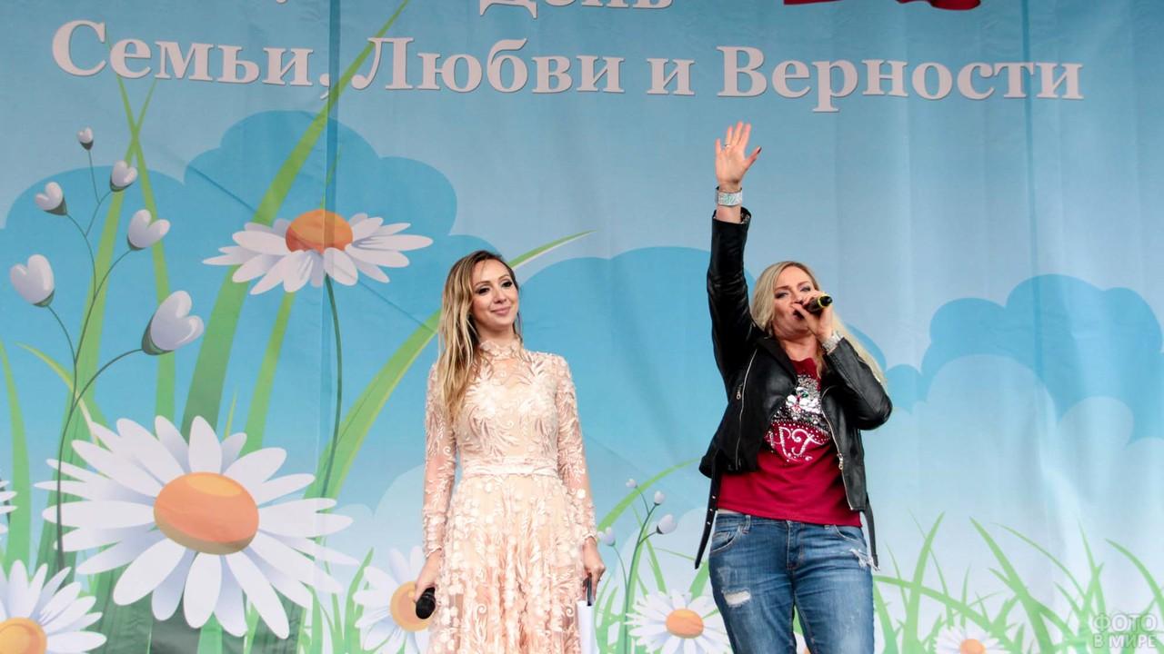 Выступление двух женщин