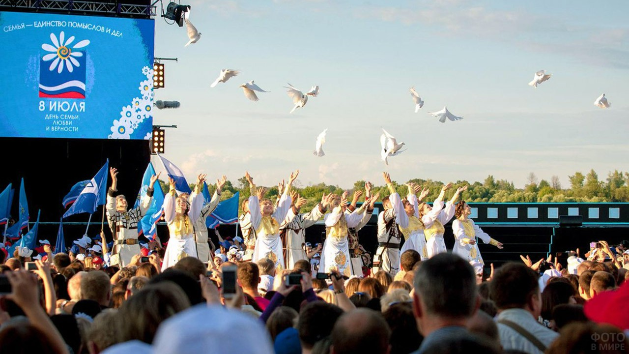 Запуск в небо белых голубей в День семьи, любви и верности