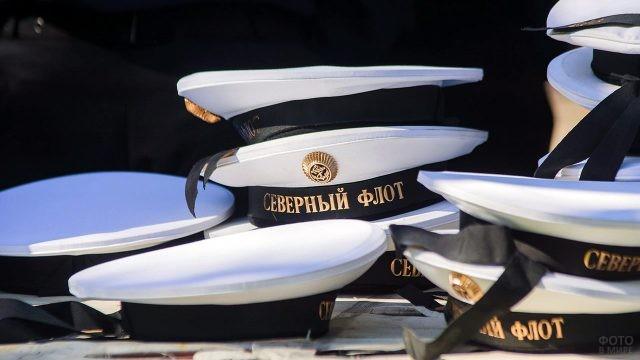 Бескозырки в День ВМФ в парке Северодвинска