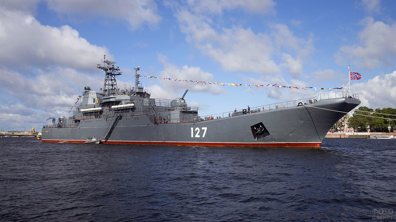Большой десантный корабль Минск на параде в День ВМФ