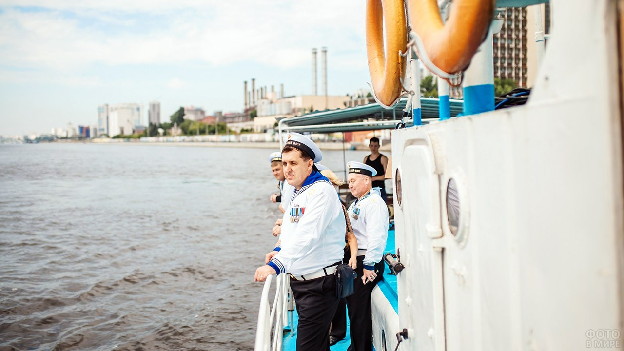 Члены Союза военных моряков в свой профессиональный праздник на палубе корабля