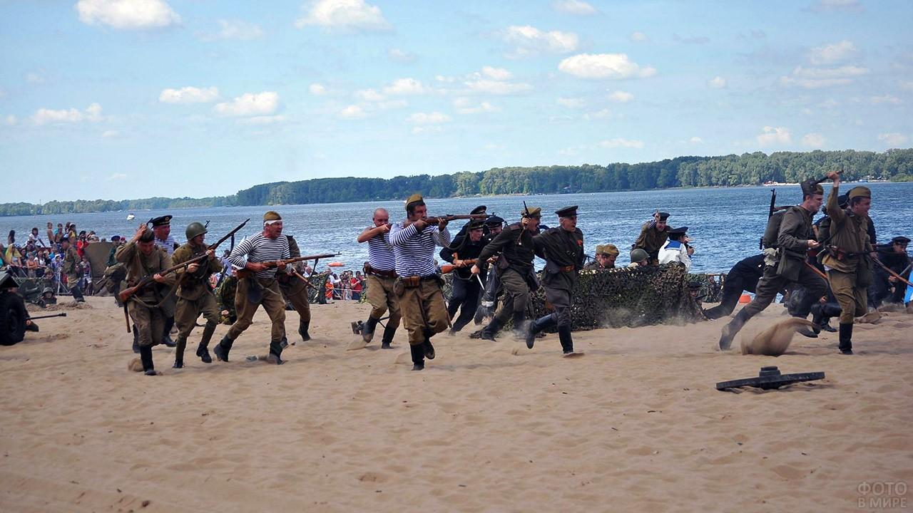 Историческая реконструкция на берегу Волги в День ВМФ