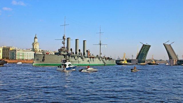 Катера вокруг Крейсера Аврора во время парада военных кораблей в День ВМФ