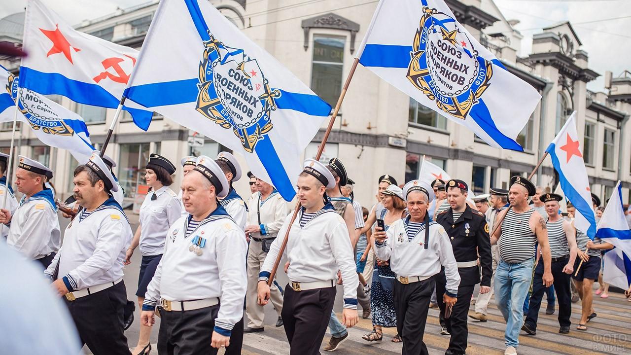 Колонна с флагами Союза военных моряков в День ВМФ