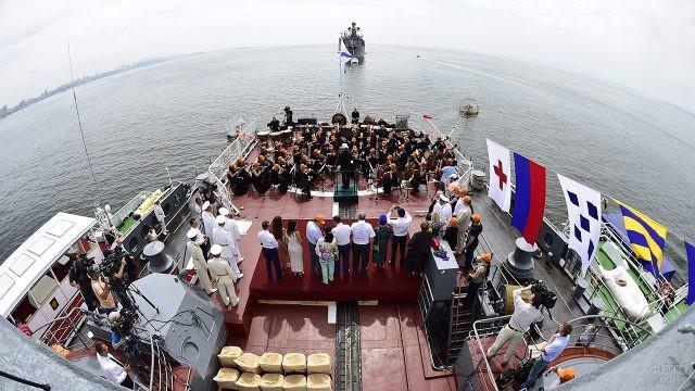 Концерт на палубе в День ВМФ во Владивостоке