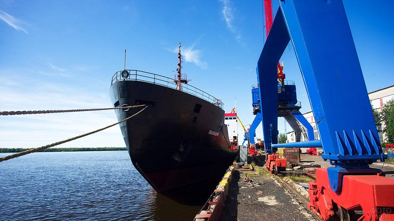 Корабль-музей на судоремонтном заводе в Архангельске в День ВМФ